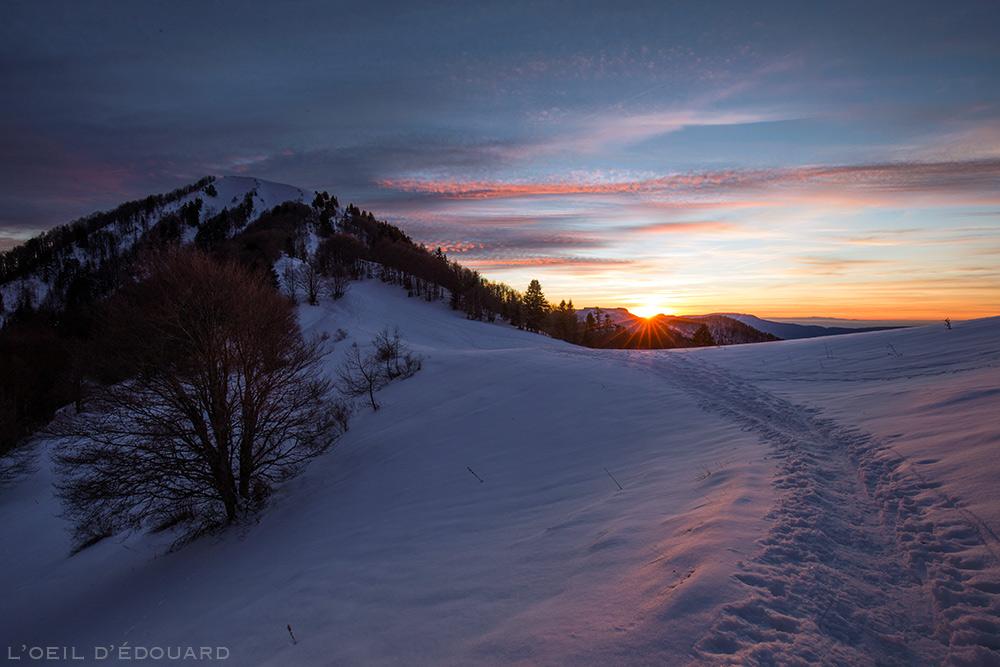 Coucher de soleil au Col de la Buffaz avec la Pointe de la Galoppaz sous la neige en hiver - Massif des Bauges - Randonnée raquettes © L'Oeil d'Édouard