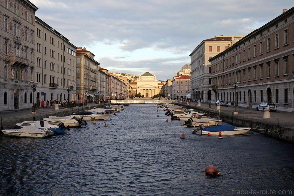 Canal Grande de Trieste et Église Sant'Antonio Nuovo en fond