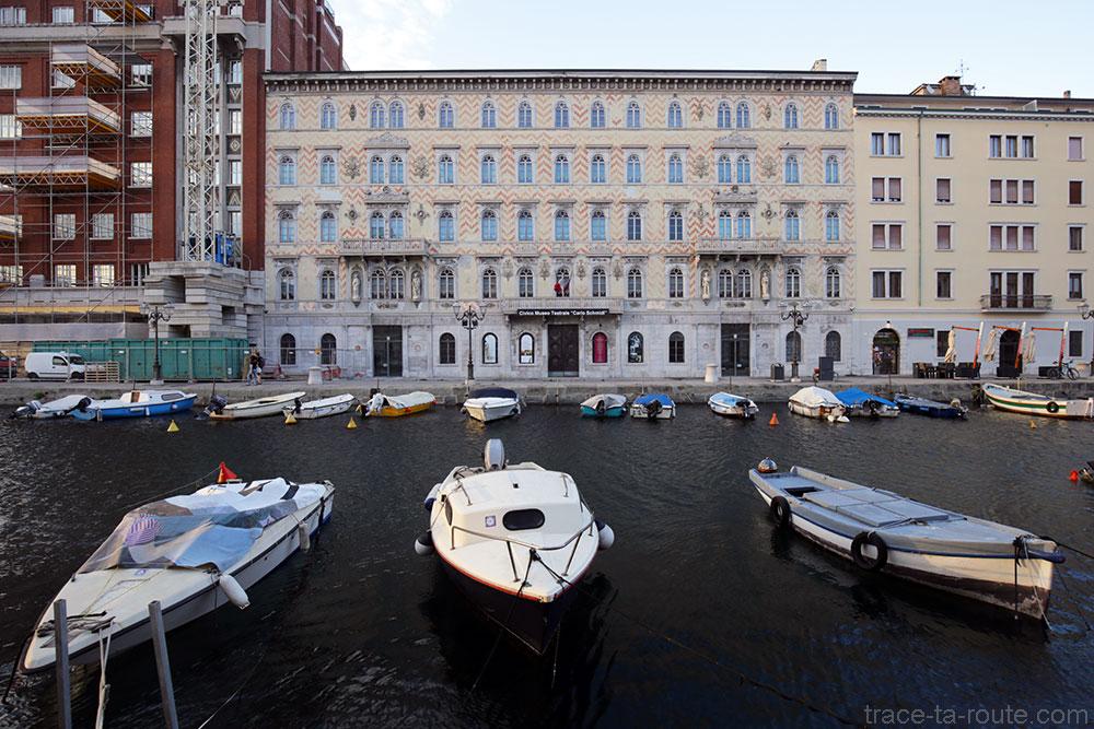 Bateaux sur le Canal Grande de Trieste et Palazzo Gopcevich