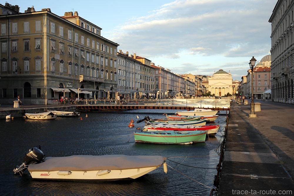Barques sur le Canal Grande de Trieste avec l'Église Sant'Antonio Nuovo en fond