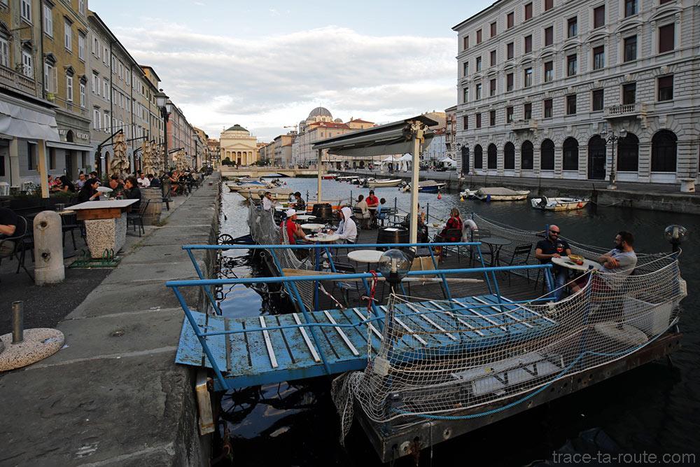 Terrasse du Caffè Rossini sur le Canal Grande de Trieste avec l'Église Sant'Antonio Nuovo en fond