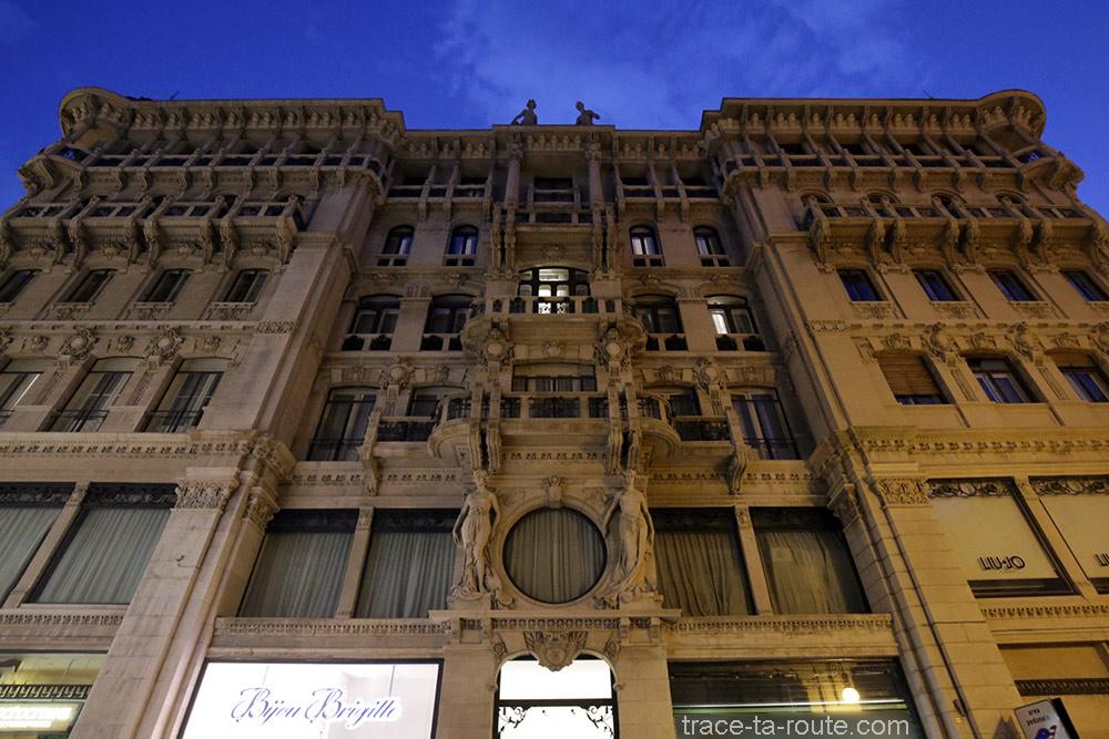 Façade d'un bâtiment sur la via Dante Alighieri de Trieste