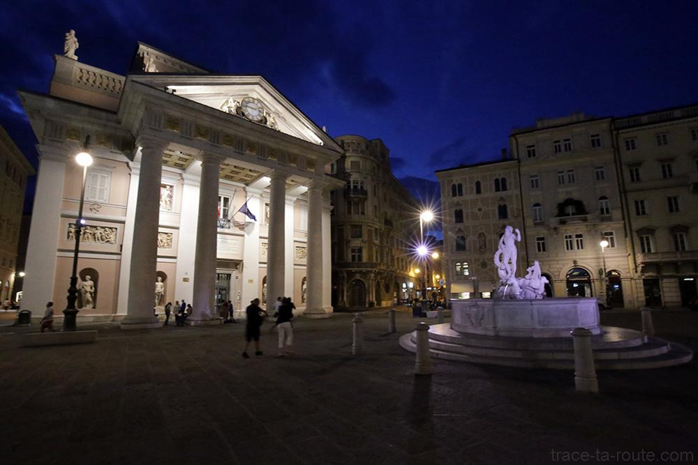 Palazzo della Borsa Vecchia et Fontaine de Neptune (Fontana di Nettune) sur la Piazza della Borsa à Trieste
