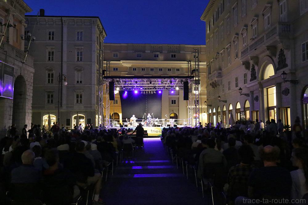 Concert en plein air sur la Piazza Giuseppe Verdi à Trieste