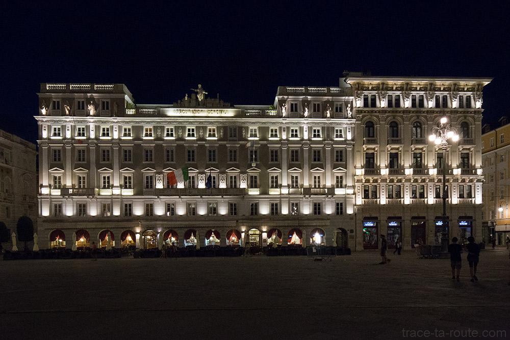 Palazzo delle Assicurazioni Generali et Casa Stratti la nuit sur la Piazza Unità d'Italia de Trieste