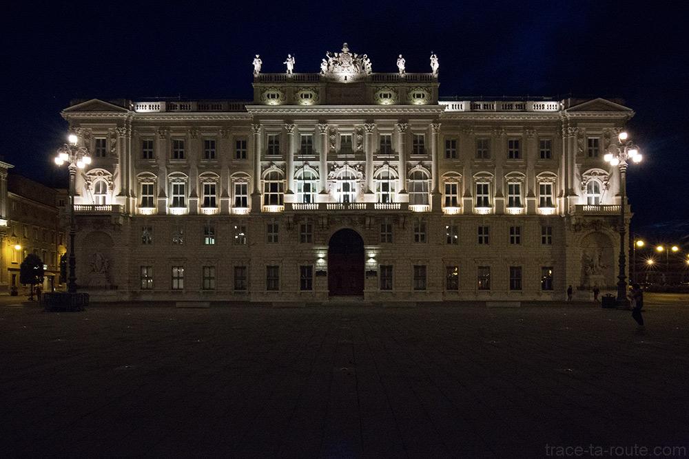 Palazzo Lloyd Triestino austro-ungarico de nuit sur la Piazza Unità d'Italia de Trieste