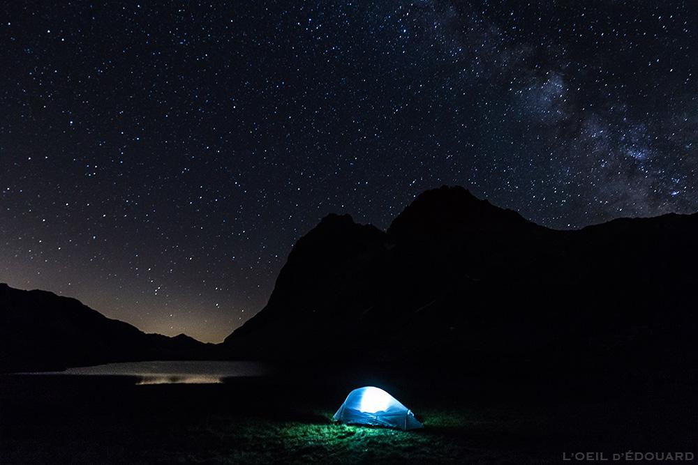 Bivouac sous un ciel étoilé avec la voie lactée, au bord du Lac Rond durant le tour du Mont Thabor (Vallée de Névache) avec la tente Ghost 2 UL Mountain Hardwear © L'Oeil d'Édouard