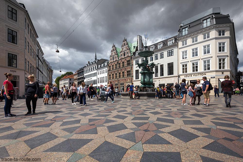 Place Amagertorv à Copenhague avec la fontaine Storkespringvandet