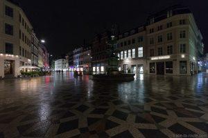 Fontaine Storkespringvandet de nuit sur la place Amagertorv à Copenhague, Danemark