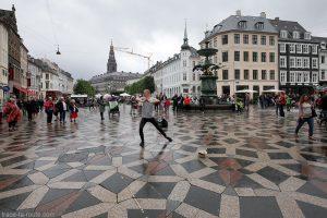 Artiste de rue spectacle vivant sur la place Amagertorv à Copenhague, Danemark