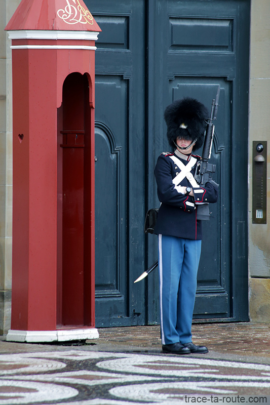Soldat de la Garde Royale sur la place Amalienborg de Copenhague, Danemark