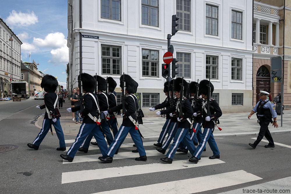 Soldats de la Garde Royale danoise de la place Amalienborg à Copenhague, Danemark