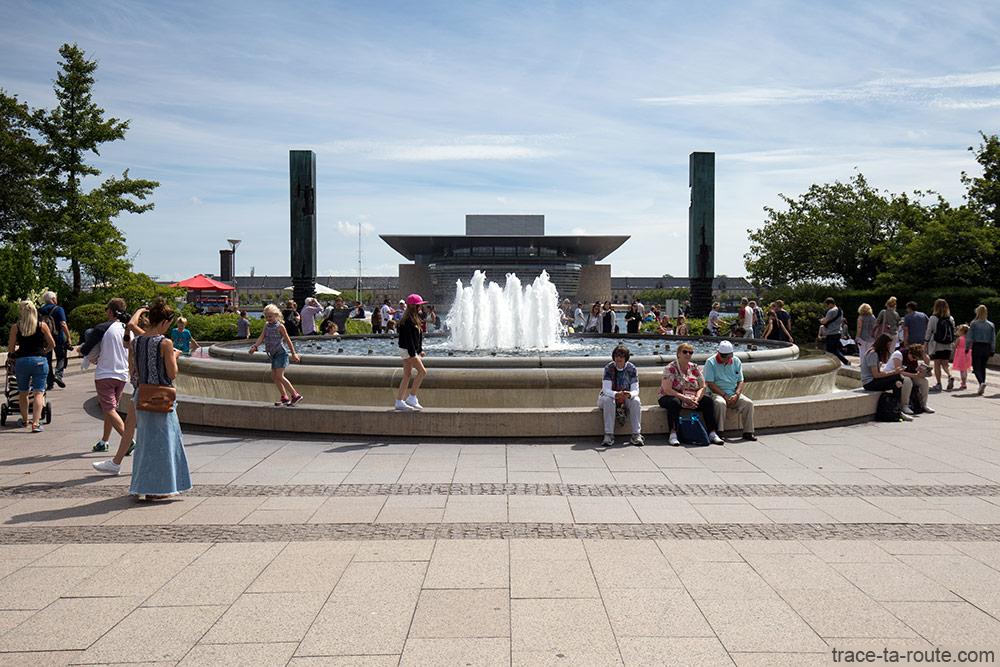 Fontaine sur Amaliehaven avec l'Opéra de Copenhague, Danemark