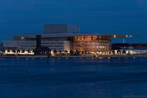 Opéra de Copenhague illuminé de nuit au bord du canal de la rivière Syhavnen dans le quartier Christiana - Christianshavn, Copenhagen Danemark