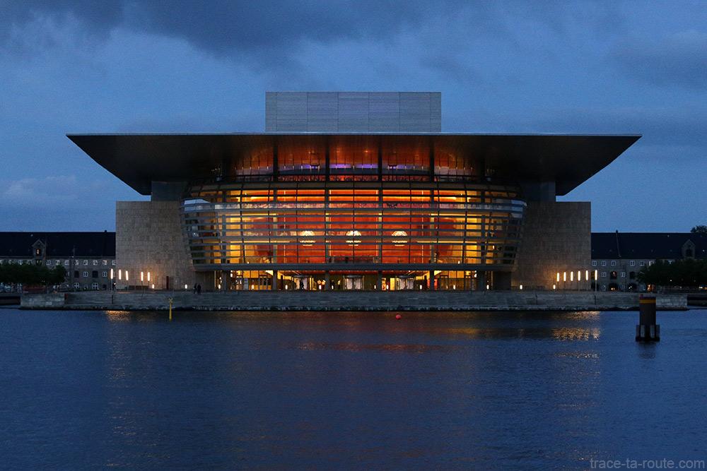 Opéra de Copenhague illuminé de nuit au bordde la rivière Syhavnen dans le quartier Christiana - Christianshavn, Copenhagen Danemark