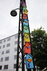 Nids d'oiseaux colorés sur la place Christianshavn Torv dans le quartier Christiana à Copenhague, Danemark
