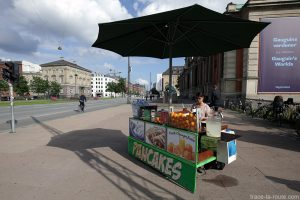 Stand crêpes jus de fruits dans la rue à Copenhague, Danemark (NY Glyptotek Copenhagen)