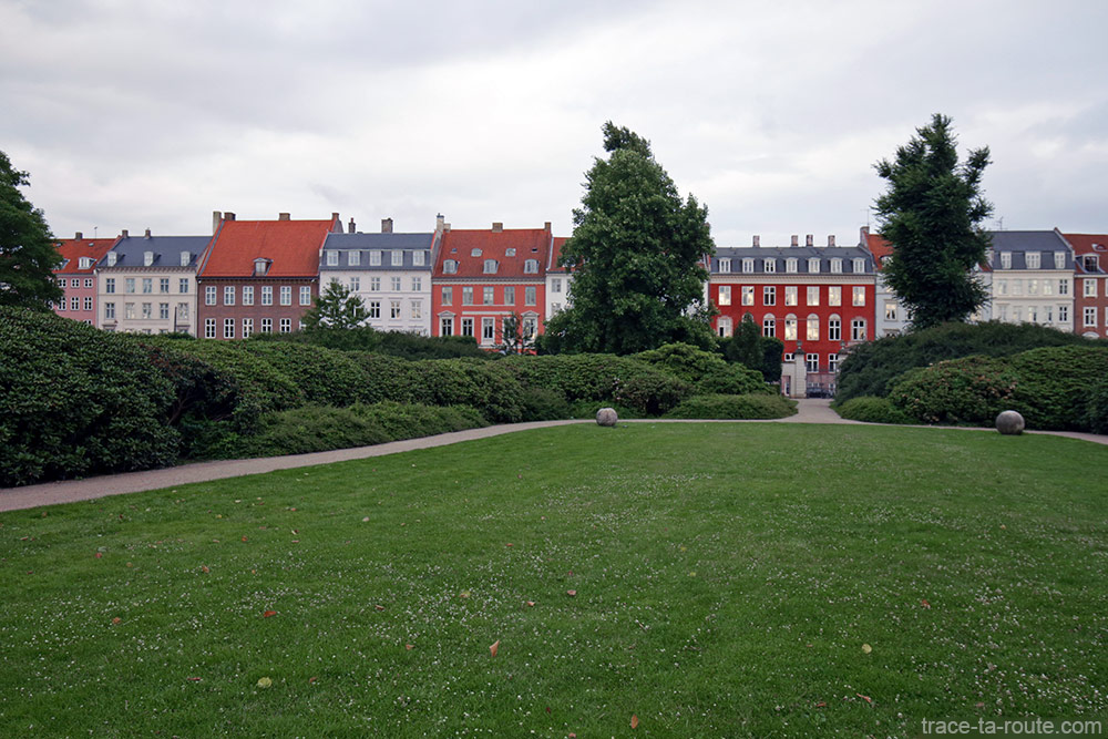 Parc Kongens Have de Copenhague et immeubles danois