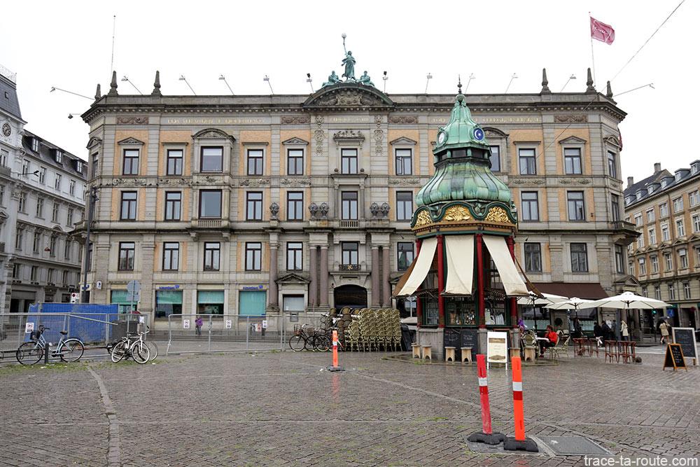 Bâtiment et kiosque sur la place Kongens Nytorv de Copenhague, Danemark