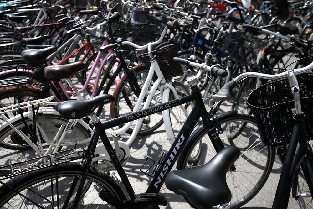 Parking à vélos sur la place Kongens Nytorv de Copenhague, Danemark