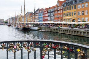 Canal de Nyhavn : cadenas sur le pont et façades colorées - Copenhague, Danemark