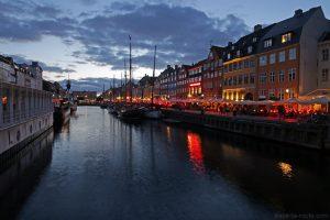 Canal de Nyhavn le soir à Copenhague : quai et façades colorées (Danemark)