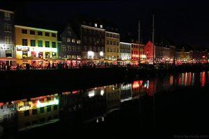 Canal de Nyhavn la nuit à Copenhague : quai et façades colorées (Danemark)