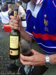 Finale Euro 2016 France Allemagne avec vin rouge Baron de Lestac sur la place Nytorv à Copenhague, Danemark