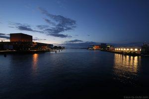 Rivière Syhavnen le soir avec le théâtre Skuespilhuset, Papirøen et l'Opéra de Copenhague, Danemark
