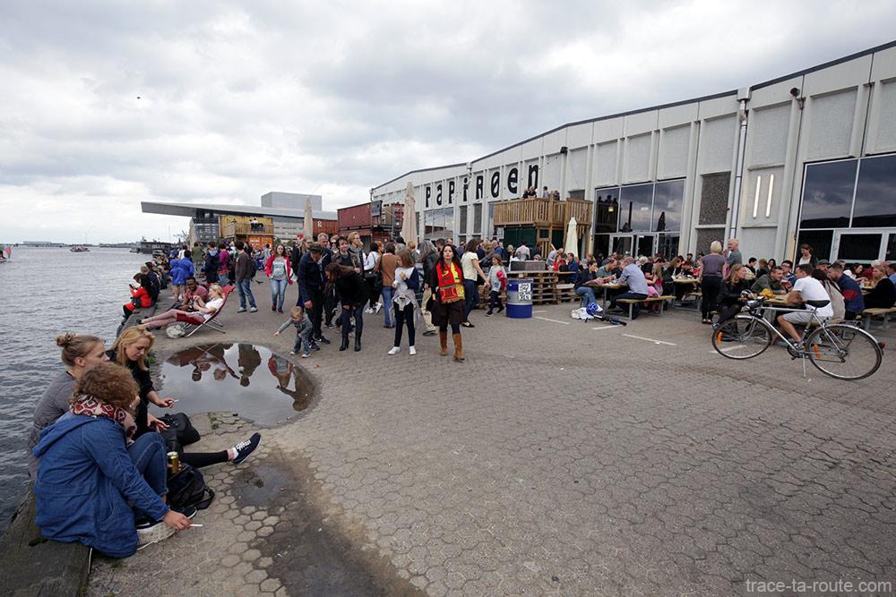 Terrasse de Papirøen Copenhagen Street Food sur le quai de la rivière Syhavnen à Copenhague, Danemark