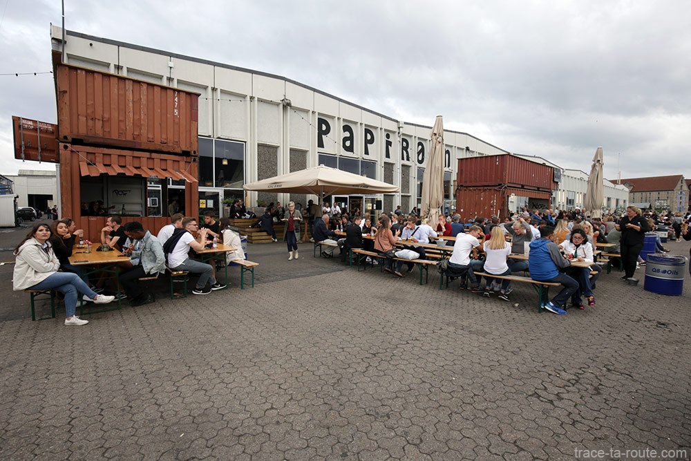 Terrasse de Papirøen Copenhagen Street Food sur le quai la rivière Syhavnen à Copenhague, Danemark