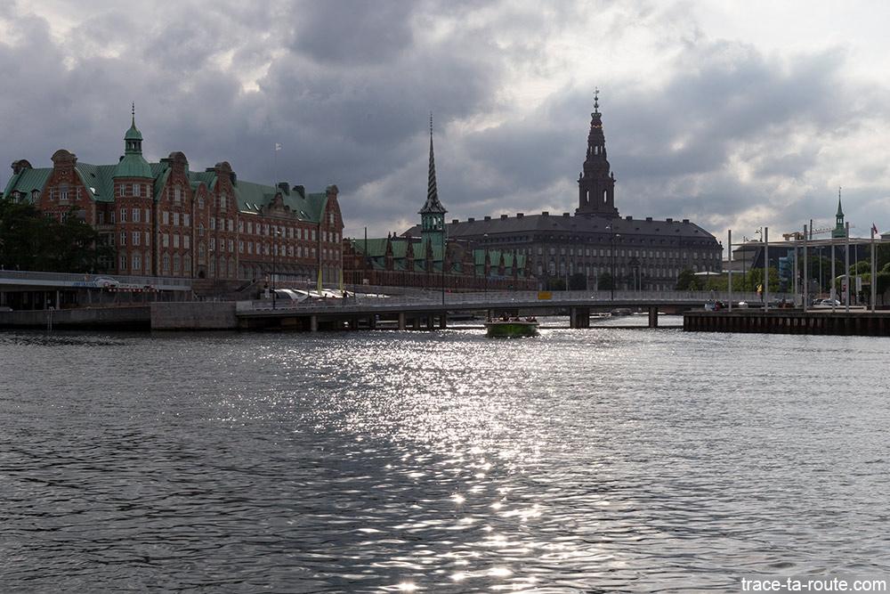 Uddannelses og Forkskningsministeriet, Børsen et le château Christiansborg Slot sur Slotsholmen depuis le quartier Christianshavn de Copenhague, Danemark