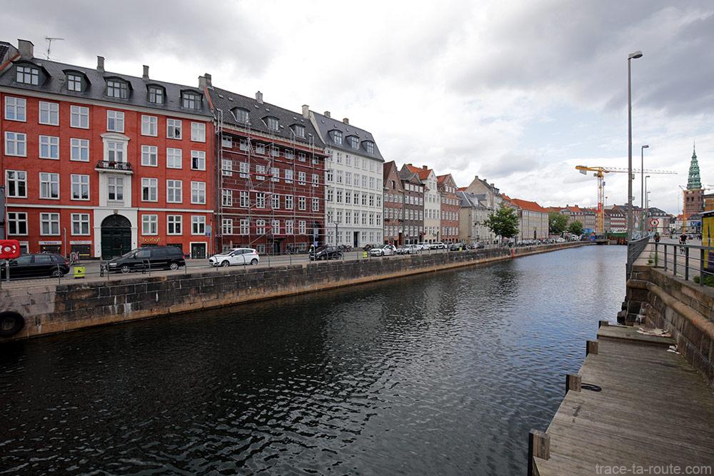 Façades colorées des batiments sur le canal de Slotsholmen de Copenhague, Danemark