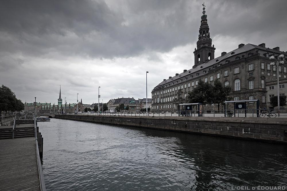 Canal de Slotsholmen avec le château Christiansborg Slot à Copenhague, Danemark © L'Oeil d'Édouard