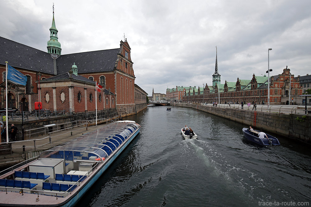 Canal de Slotsholmen avec l'église Holmens kirke et Børsen à Copenhague, Danemark