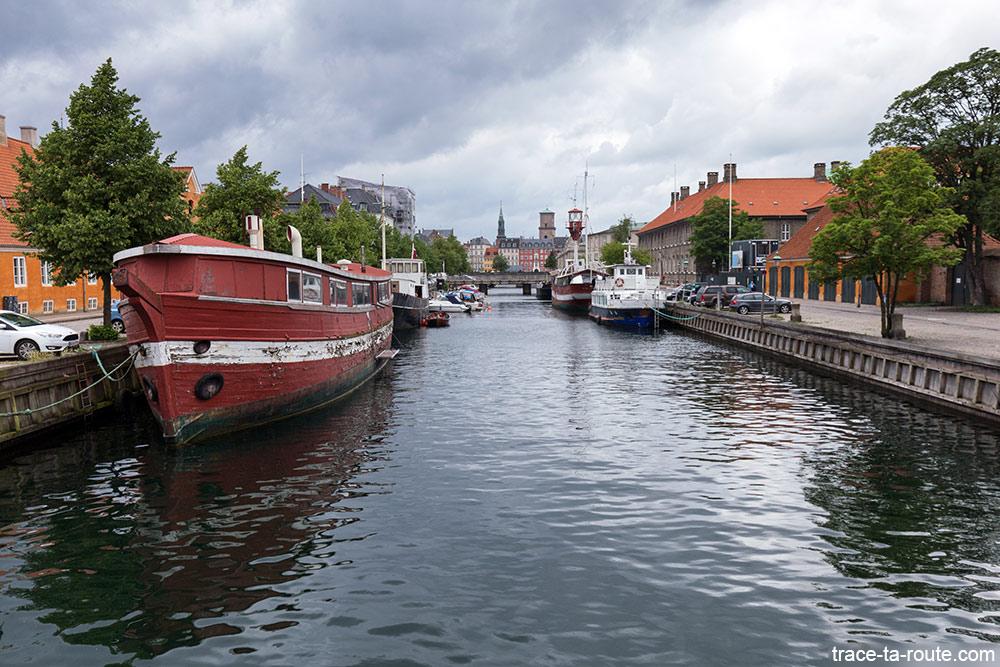 Bâteaux sur le canal de Slotsholmen à Copenhague, Danemark