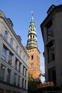 Flèche du clocher de l'Église Nikolaj Kunsthal depuis la rue commerçante Strøget à Copenhague, Danemark