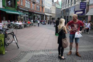 Viking et vikinguette dans la rue commerçante Strøget de Copenhague, Danemark