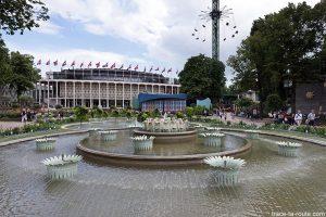 Fontaine et Concert Hall dans les Jardins de Tivoli Gardens à Copenhague, Danemark
