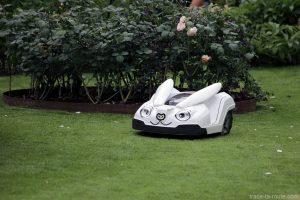 Tondeuse robot lapin aux Jardins de Tivoli Gardens - Copenhague, Danemark