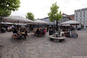 Terrasses de café aux Halles du marché Torvehallerne à Copenhague, Danemark