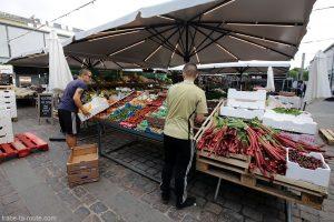 Fruits et légumes sur les étals du marché à Torvehallerne à Copenhague, Danemark