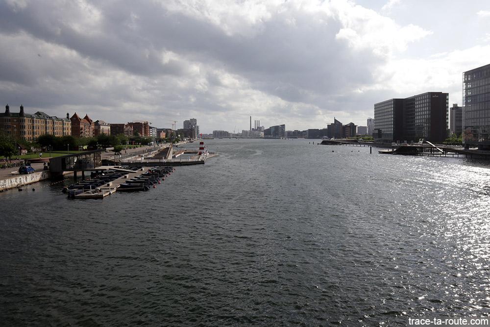 Rivière Syhavnen de Copenhague avec la piscine Havnbadet Islands Brygge