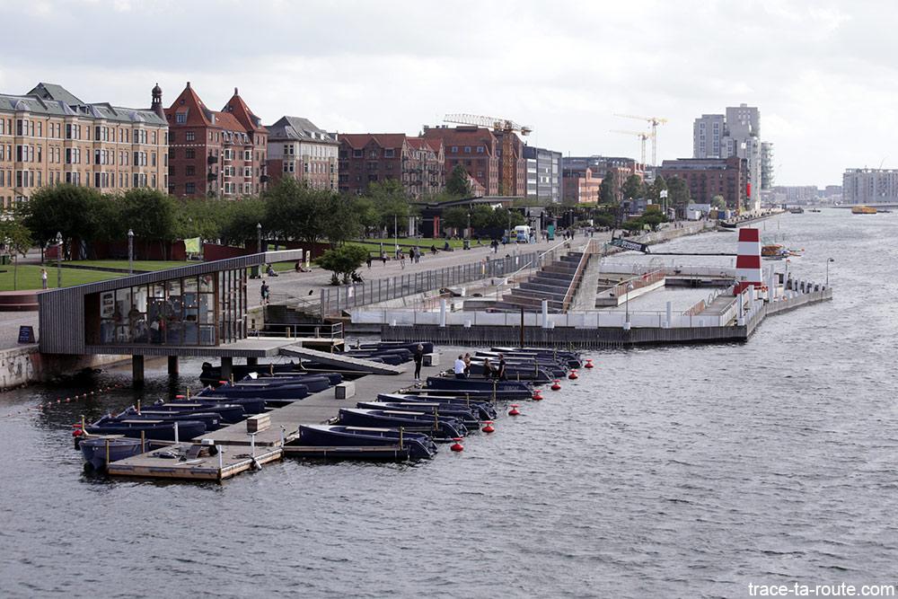 La piscine Havnbadet Islands Brygge sur le bord de la rivière Syhavnen de Copenhague, Danemark