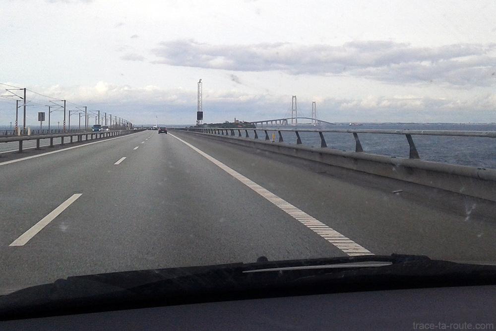 Route E20 avec le pont Strorebaeltsbroen et l'île Strorebaelt - Road trip au Danemark