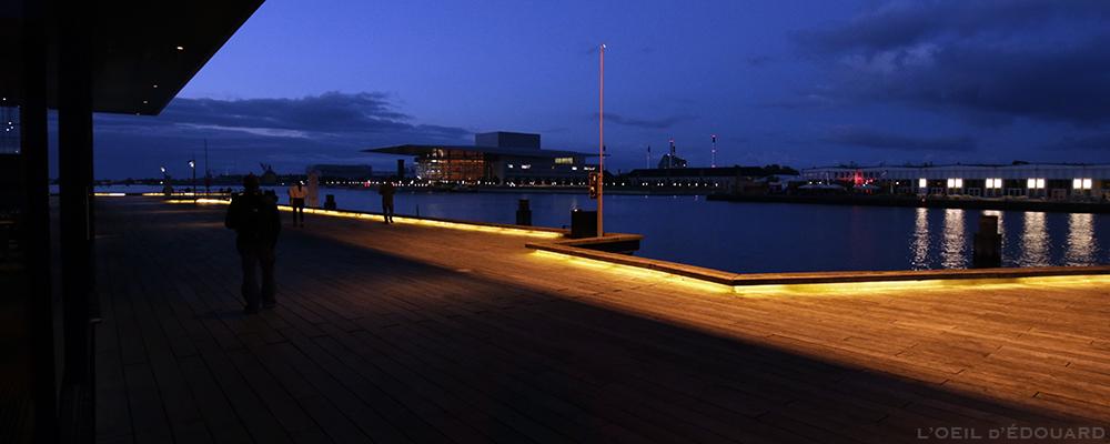 L'Opéra de Copenhague et Papirøen le soir vus de nuit depuis la terrasse du théâtre Skuespilhuset sur le bord de la rivière Syhavnen, Danemark © L'Oeil d'Édouard