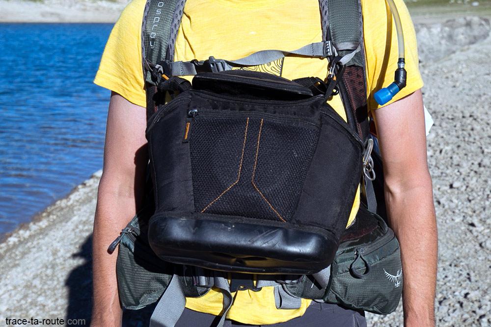 Test du sac à dos Osprey Atmos AG 65 : sacoche pour appareil photo attachée sur les bretelles