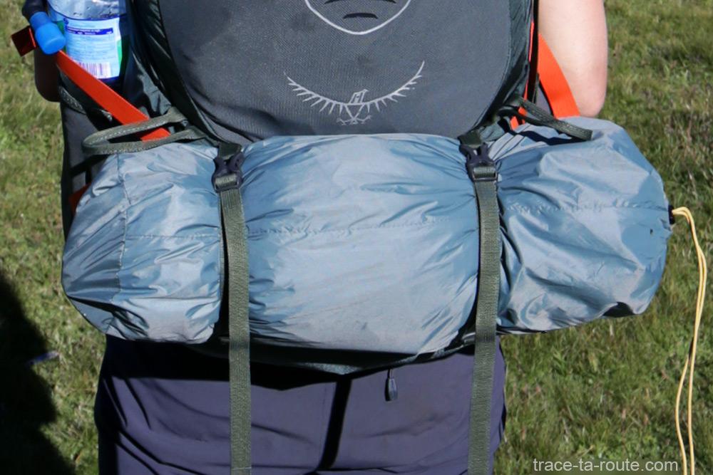 Tente Ghost 2 UL Mountain Hardwear - housse de rangement à l'arrière du sac Osprey Atmos AG 65 lors du tour du Mont Thabor