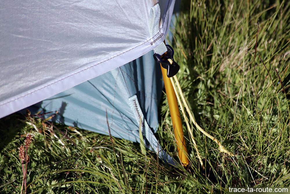 Tente Ghost 2 UL Mountain Hardwear - système de montage avec cordelette réglable pour tendre la toile extérieure