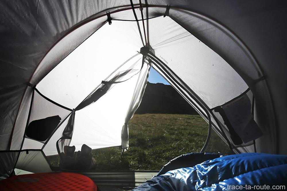 Tente Ghost 2 UL Mountain Hardwear - Abside et vue à l'extérieur depuis l'intérieur de la tente